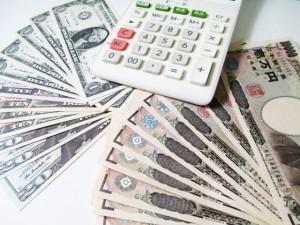 2つの国の紙幣と電卓
